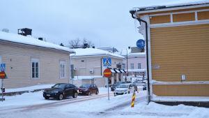 En gatukorsning i Borgå. Vid en husknut finns en avspärrnin geftersom det hänger ner stora istappar från taket.