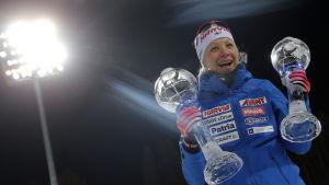 Kaisa Mäkäräinen visar upp sina två kristallkulor.