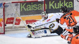 Jere Innala gör säsongens första mål genom att överlista Joel Blomqvist.