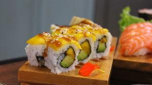 Annos valmista mango ja avokado sushia keittiössä