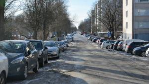 En fullparkerad Kuppisgatan i Åbo under vintern.