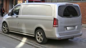 En grå skåpbil av märket Mercedes Benz