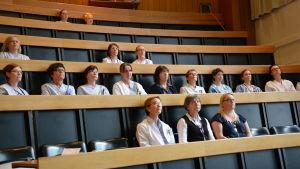 Anställda på kvinnokliniken vid ÅUCS sitter på föreläsning om brandsäkerhet.