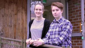 Eira Aalto och Sara Vanin går i Karis-Billnäs gymnasium.