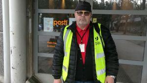 Huvudförtroendeman Jari Pellikka står framför en dörr till posten