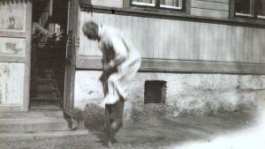 Akseli Gallen-Kallela hoppar hoppkäpp utanför hemmet vid Ågatan 47 i Borgå år 1923