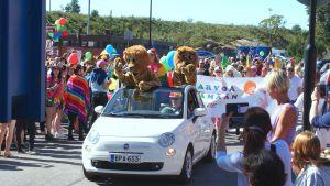 Hangölejonen deltar i prideparaden i Hangö.