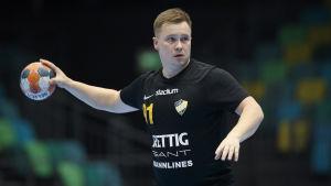 Andreas Nyström kastar bollen.