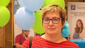 Nainen Kajaanin kaupunginkirjastossa.