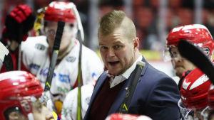 Vasa Sport-tränaren Ari-Pekka Pajuluoma i båset.
