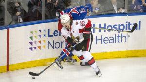 Erik Karlsson och Ryan McDonagh kämpar om pucken.