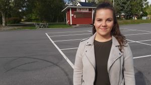 En kvinna på en parkeringsplats.