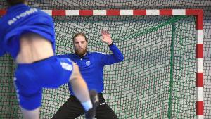 Joonas Klama försöker rädda ett skott under sitt första träningspass med herrlandslaget i handboll.