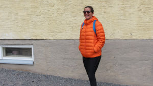 kvinna i orange jacka