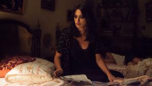 Penelope Cruz som Laura sitter ensam på en säng.