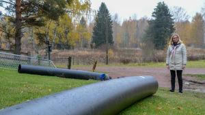 Stora vattenrör på gräsmatta.