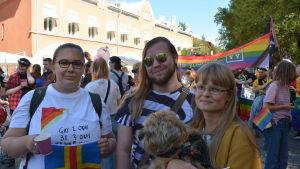 Elisabeth Diljaj, Robin Isomaa och Sofia Sjö på Åbo pride.