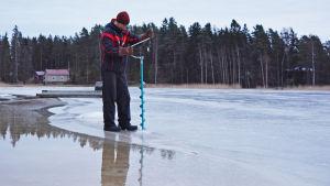Isforskaren Patrik Eriksson borrar i isen