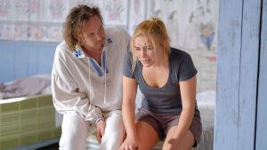 Pelle (Vilhelm Blomgren) försöker trösta Dani (Florence Pugh) som mår dåligt.
