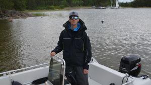 En man står i en motorbåt