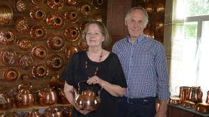 Paret Anne och Pentti Siivonen som äger kopparsamlingen.