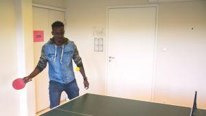 Abdullah Adan Sheik från Somalien spelar pingis på Akan i Borgå