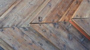 En gammaldags trappa med diagonal urskärning.