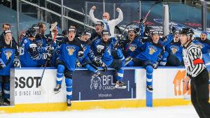 Spelarna i det finländska avbytarbåset jublar.