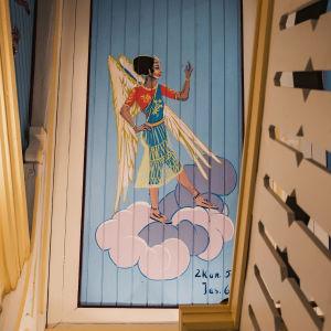 Kirkasvärinen enkeli maalattuna intialaisen naisen näköiseksi kirkon katossa