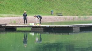 siminstruktörerna marie-sofie och ellinore johansson på bryggan i pepotgropen i borgå