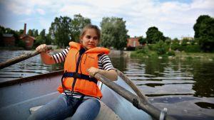 Milla-Maarit Rantanen har lånat roddbåten.