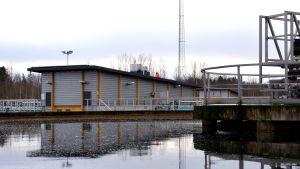Vattenreningsverk med bassänger