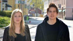 Olivia Casagrande och Lukas Lundin från Ekenäs högstadieskola vill flagga med regnbågen för sexuella minoriteters rättigheter.
