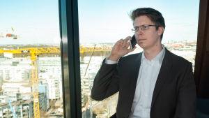 Juri Mattila talar i sin mobiltelefon.