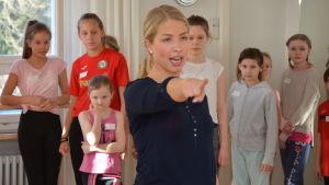 Danslärare och koreografen Jessica Öller visar för barnen hur de ska dansa.