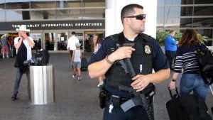 Beväpnad polis utanför den internationella terminalen vid LAX den 1 juli 2016.