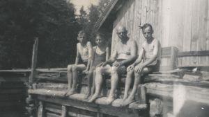 Sommar i Granvik, 1940-tal. Birger (t.h.) och Bengt (t.v.) Holmström tillsammans med släktingar.