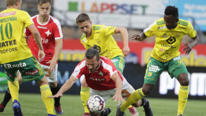 Jukka Halme faller när han kämpar om bollen med Ilvesspelare.