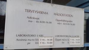 Skylt med öppethållningstider vid Korso hälsostation i Vanda.