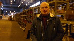 Göran Eriksson står i en gammal fabrikshall