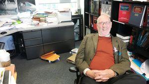 Mark Denbeaux i sitt arbetsrum på Seton Hall Law School i Newark, USA.