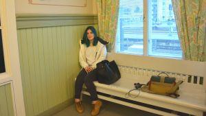 Meeri Viitanen väntar på tåget i Karis.