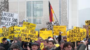 Ryssar och tyskar demonstrerar mot invandrare i Berlin.