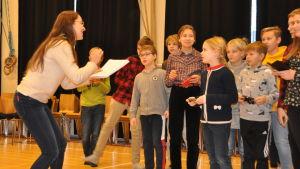Regiassistenten Anna Nora instruerar eleverna i Åshöjdens grundskola.