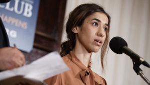 Fredspristagaren Nadia Murad under en presskonferens i Washington