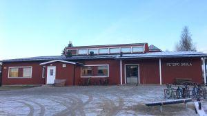 Fasaden av Petsmo skola i Korsholm.
