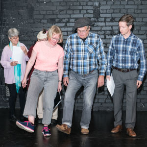 Yvonne Kevin-Ekman, Malin Wikström-Orre, Göran Wadenström och Markus Haakana försöker lära sig dansa i Raseborgs ruiner.