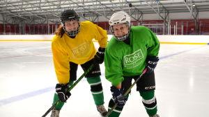 Vanessa Sandvik och Anna Lind på isen.