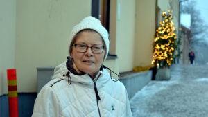 Gunilla Heikkinen står på en välsandad trottoar.
