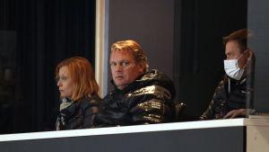 Pekka Virta kollar på match från läktaren.